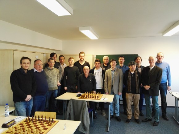 Von links nach rechts: GM Zilka, FM Voropaev, GM Graf, GM Grischuk, GM Krasenkov, IM Weichhold, FM Barski, IM Solonar, IM Wieczorek, GM Kozul, GM Dautov, IM Sadzikowski, GM Schlosser, GM Kamski und die beiden Mannschaftsführer Benninger und Noppes.